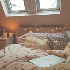 Imagen vía We Heart It #bedroom #christmaslights #cute #decor #girly #home #pink #tumblrrooms