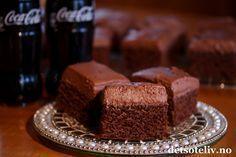Sinnsykt deilig og myk, amerikansk sjokoladekake! Dessuten er den kjempelettvint å lage. Kaken inneholder Coca-Cola brus i både kake og glasur. Sjokoladeglasuren helles varm over kaken slik at den får trukket skikkelig godt inn i kaken, og dette gjør at hver bit smaker himmelsk! Oppskriften er til liten langpanne. Love America! Norwegian Food, Norwegian Recipes, Cheat Meal, Let Them Eat Cake, Chocolate Cake, Coca Cola, Cravings, Cake Recipes, Sweet Tooth