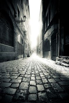 Straatbeeld van Lyon in zwart wit fotografie met tegenlicht