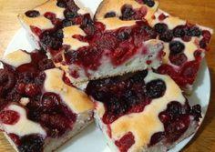Piros bogyós-joghurtos süti | henigrosz receptje - Cookpad receptek French Toast, Cheesecake, Breakfast, Desserts, Food, Yogurt, Morning Coffee, Tailgate Desserts, Deserts