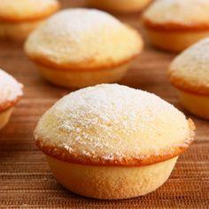 Receita de Brevidade - 2 colheres (sopa) de margarina culinária em temperatura ambiente, 1 xícara (café) de açúcar, 3 unidades de ovo, 2 xícaras (chá) de am... Köstliche Desserts, Delicious Desserts, Dessert Recipes, Yummy Food, Cupcakes, Cupcake Cakes, Other Recipes, Sweet Recipes, Small Cake