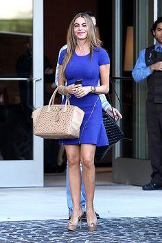 SOFÍA VERGARA  La actriz eligió un minivestido azul eléctrico con detalles de cierres cruzados en la falda para salir a comer al restaurante...