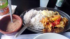 Um prato simples e com sabores que até agradam um tanto, um bom ingrediente principal e guarnições que servem bem, mas a quantidade é baixa, o que pode dificultar o saboreio de tudo, sendo necessário escolher entre comer tudo junto ou tudo separado.#Filé #Peixe #Forno #almoço #comida #restaurante #bar #salada #folhas #tomate #beterraba #cenoura #ralada #arroz #feijão #purê #batata #tempero #cebola #pimentão #SantoGrau #GuiasLocais #LocalGuides #XinGourmet