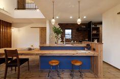 キッチン壁側は、レンガで仕上げました。男前な雰囲気が漂います。  造作/ダイニング/カウンター/ダイニングテーブル/zest倉敷 Island Bench, House Rooms, Kitchen Dining, Design Inspiration, Table, Furniture, Home Decor, Kitchens, Houses