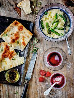 On voyage en Italie avec le risotto aux asperges vertes Picard ! Entre le riz crémeux qui frémit sous la cuisson, les asperges vertes et les petits oignons qui sont de la fête, le goût de l'huile d'olive et du parmesan qui parfument l'ensemble, tous les ingrédients se marient à la perfection pour un rendu des plus crémeux. Un repas simple et hautement gourmand.