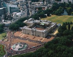An aerial view of Buckingham Palace, London. The official residence of the Monarch. England Uk, London England, Palais De Buckingham, London Landmarks, Royal Residence, British Monarchy, London Calling, Victoria, British Isles