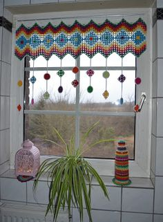 Atelier Marie-Lucienne: How-to Granny Square Curtain / Anleitung Granny Sq. - Crochet and Knitting Patterns : Atelier Marie-Lucienne: How-to Granny Square Curtain / Anleitung Granny Sq… Point Granny Au Crochet, Granny Square Crochet Pattern, Crochet Squares, Crochet Motif, Free Crochet, Easy Crochet, Crochet Curtain Pattern, Crochet Curtains, Curtain Patterns