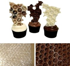 Bubble wrap chocolate decorationCATEGORIES: chocolate, decoration This simple chocolate decor is worthy of museum: for its elegance and visual oddity may well belong to a collection of modern art. Even so, there is no more complication than melting chocolate and cover a piece of plastic bubble wrap with it (well clean). Let it set and voilà! A museum piece at your table.