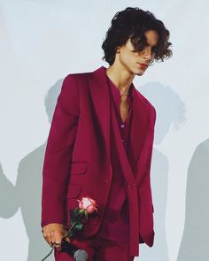 Timothée Chalamet holding a rose in a pink suit at the Paris premiere of 'Little Women' (December Beautiful Boys, Pretty Boys, Beautiful People, Beautiful Celebrities, Timmy T, Pink Suit, Liam Payne, Niall Horan, Cute Guys