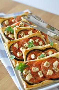 Wytrawne ciasteczka z bakłażanem, pomidorami i fetą - przepisy.net