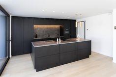 Kitchen Room Design, Modern Kitchen Design, Interior Design Kitchen, Black Kitchens, Luxury Kitchens, Home Kitchens, Open Plan Kitchen Dining Living, Living Room Kitchen, Kitchen Cabinets And Backsplash