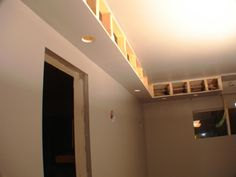 Home theaters minimalista Soffit Example Home Theater Room Design, Home Cinema Room, Home Theater Rooms, Tv Wall Design, Ceiling Design, House Design, Drywall, Vaulted Ceiling Lighting, Coffered Ceilings