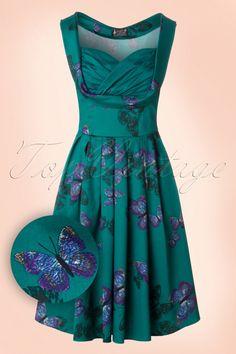 Voeg een vleugje lente toe aan je garderobe met deze50s Madison Butterfly Swing Dress!  Madison makes us go mad! Zij is de definitie van eenromantischeklassieke fifties jurk met haar prachtige platte plooitjes en adembenemend mooie top die je buste mooi omlijst door de contrasterende en geplooide sweetheart halslijn. Uitgevoerd in een blauw/groene, licht stretchy katoenmix met een schitterende paarse print van fladderende vlinders die niet alleen een droom is om te zien maa...