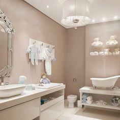 banheirinha no estilo vitoriano + espelho veneziano + pendente de cristal + papel de parede.