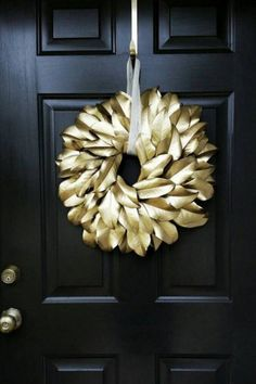 Preparando o Natal : 24 Super Ideias Para a Decoração Natalina Magnolia Wreath, Magnolia Branch, Magnolia Leaves, Twine Wreath, Gold Wreath, Within The Wires, Christmas Store, Greek Christmas, Holiday Wreaths
