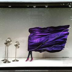 Mostra o produto em uso - sua potência e design - além da cor dar uma vida na vitrine