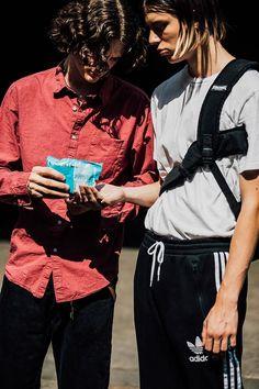 Revue en images des meilleurs looks de rue masculins pris sur le vif par Jonathan Daniel Pryce à la Fashion Week printemps-été 2018 à Paris.