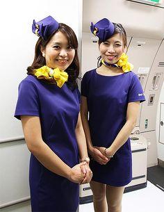 スカイマークは7日、今年5月に導入予定のエアバスA330型機を同社格納庫で報道陣に公開した。従来の席と比べ大型化したグ… Chinese, Cabin Crew, Flight Attendant, Silk Scarves, Japanese Girl, Hosiery, Mini Skirts, Glamour, Lady