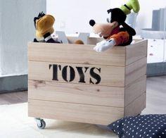 Un contenedor de madera ideal para organizar los juguetes de los peques. Acabado en madera natural, puedes elegirlo con o sin ruedecitas.A nosotras nos encanta como juguetero, para poner las mantitas o los libros de los mas pequeños.