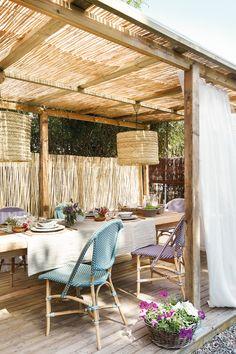 Pérgola de madera con techo de cañizo_436800