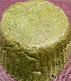Il est facile de réaliser un shampoing solide maison en moins de 15 minutes ! A base d'argile verte, il est parfait pour les cheveux à tendance grasse.