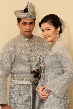 Set pengantin Melayu kain songket Malay Wedding Dress, Dream Wedding Dresses, Wedding Poses, Wedding Attire, Traditional Wedding, Traditional Dresses, Brunei, Wedding Costumes, Textiles