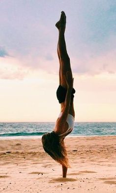 one armed handstand (woah) #yoga
