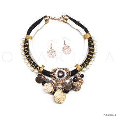 Collar De Perlas de Cordones Negros y Blancos, Con Monedas Martilladas y Pedreria. #oparina #statementnecklace #statement #necklace #accesories #collar #boho #bohochic #gypsy  #madewithstudio
