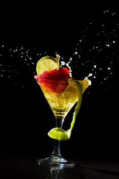 Photo Cocktail with fresh lime and strawberry par Remy Musser on 500px