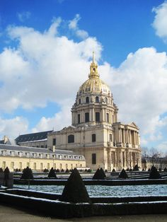 The Hotel des Invalides groups the Dome Church and Tomb of Napoleon, St Louis des Invalides Church, an hospital for veteran soldiers and the Army Museum Best Vacation Destinations, Best Vacations, Marseille France, Paris France, Paris Travel, France Travel, Monuments, Places Around The World, Around The Worlds