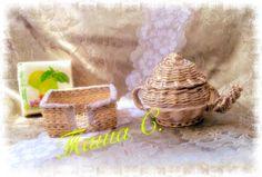 газетные трубочки,чайник и салфетница