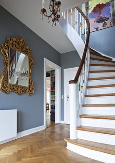 Vi giver dig her 21 bud på hvordan du kan gøre dit rum helt særligt ved at Entrance Hall Decor, House Entrance, Stairs Colours, Stair Walls, Colour Architecture, Hallway Inspiration, Hallway Decorating, Home Fashion, Future House
