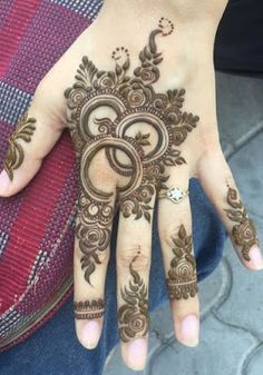 This dual twist to arabic mehndi designs here is so delicate and pretty. If you want a fairly simple pattern yet som. Henna Hand Designs, Mehndi Designs Finger, Rose Mehndi Designs, Latest Bridal Mehndi Designs, Stylish Mehndi Designs, Mehndi Designs 2018, Mehndi Designs For Beginners, Mehndi Designs For Girls, Wedding Mehndi Designs