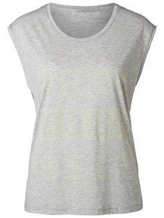 Selected Femme - Regular fit - 65% Polyester, 35% Baumwolle - Bedruckt auf der Innenseite. - Melange-Farbeffekt - Rundausschnitt - Zart - Super leicht und geschmeidig. Kein Sommer ist komplett, ohne ein schickes, ärmelloses T-Shirt. Der Aufdruck erfolgte von innen, was dem T-Shirt ein cooles Vintage-Aussehen verleiht. Trage das T-Shirt sportlich oder feminin mit Sneakers oder Sandalen.  65% Pol...