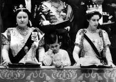 La Reina Madre, el jóven Principe Carlos y la Princesa Margarita en la coronación de Elizabeth II, el 2 de junio de 1953. Foto Rex USA.