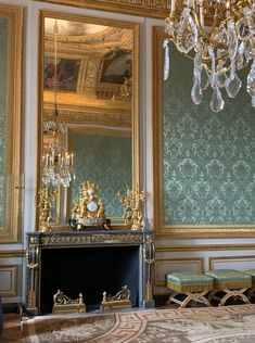 Castle Interiors, Quelques Photos, Famous Castles, Palace Of Versailles, French Architecture, Louis Xiv, French Furniture, Display Design, Furniture Styles