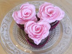 How to make a heart-shaped ruffled rose | CakeJournal | How to make beautiful cakes, sweet cupcakes and delicious cookies