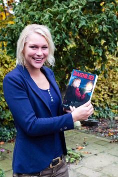Annie vol trots met een exemplaar van Drakenbloed, want zij heeft model gestaan voor de cover van Drakenbloed. #pepperkay #drakenbloed #futurouitgevers #fantasy
