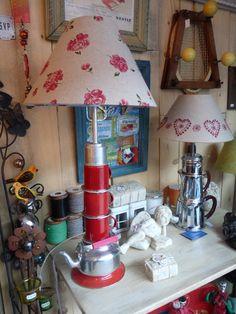 """""""En émail rouge"""" Une lampe récup du Cagibi : des tasses émaillées, une bouilloire de dînette, de la récup ! Lampe Retro, Creations, Table Lamp, Home Decor, Transitional Chandeliers, Kettle, Mugs, Lighting, Red"""