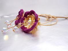 Grandi cerchi dorati  con fiori pendenti ora e viola by Calliphorabeads on Etsy