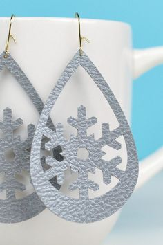 [orginial_title] – Booklady Ashmanski Snowflake Faux Leather Earrings Use your Cricut to make these trendy these faux leather earrings—sweet snowflakes that are perfect for the holidays (without being obnoxious! An easy Christmas jewelry project. Diy Leather Earrings, Diy Earrings, Earrings Handmade, Handmade Jewelry, Diamond Earrings, Emerald Diamond, Diamond Jewelry, Raw Diamond, Diy Necklace