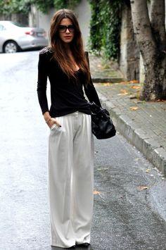 >>> Black long-sleeve top.  White pants.  Black shoes.  Black bag.