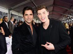 Pin for Later: Die 23 Highlights der People's Choice Awards 2016 Shawn Mendes konnte kaum glauben, dass er John Stamos treffen durfte Pictured: John Stamos and Shawn Mendes