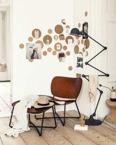 Des cercles de liège pour décorer un angle et accrocher ses images favorites.