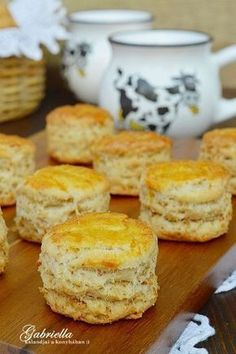 Gabriella kalandjai a konyhában :): Réteges tepertős pogácsa Gourmet Recipes, Dessert Recipes, Cooking Recipes, Savory Pastry, Homemade Sweets, Good Food, Yummy Food, Salty Snacks, Salty Cake
