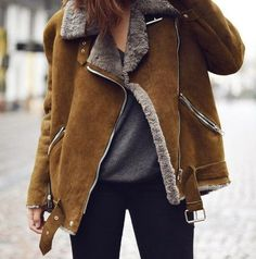 Streetstyle wearing a brown shearling jacket Winter Wear, Autumn Winter Fashion, Looks Style, Style Me, Look 2017, Mode Plus, Moda Boho, Shearling Jacket, Fur Jacket