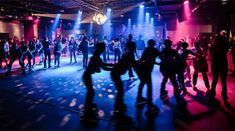 Go to a roller disco party Roller Skating Rink, Roller Rink, Roller Disco, Disco Licht, Dance Marathon, A Hat In Time, Skate Party, Disco Party, Retro Aesthetic