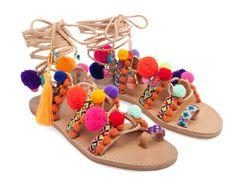Sandalias de cuero hechas a mano. Decoradas con tiras de colores cosidas, pompones de colores , piedras semipreciosas (corales y turquesas ) y borlas de colores. Estas sandalias representan una obsesión con los trajes psicodélicos… Bohemian Chic Fashion, Hippie Chic, Bohemian Style, Boho Chic, Espadrille Sandals, Shoes Sandals, Coral, Mode Style, Boho Outfits