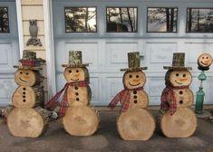 des bonshommes de neige fabriqués en rondelles de bois en tant que déco de Noel rustique