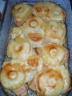 Hozzávalók: csirkemell 1 ananász konzerv (egész ananászkarikákkal) vaj sajt Elkészítés: A csirkemellet enyhén megsózzuk, majd forró vajon...